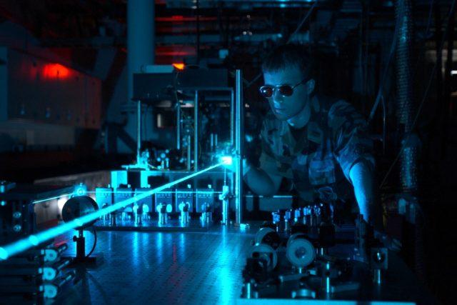 Fotony emitované v laseru - ilustrační foto