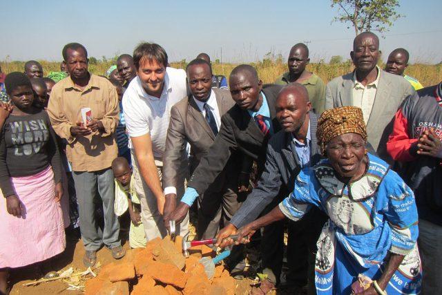 Humanitární mise v Malawi - Symbolické poklepání základního kamene Československé nemocnice