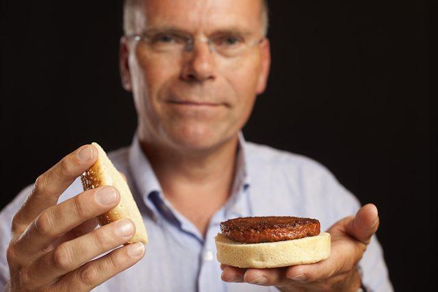 Profesor Mark Post s hamburgrem z umělého masa