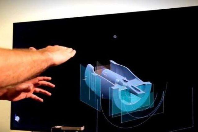 Elon Musk natočil video, na němž upravuje motor rakety pomocí ručních gest v prostoru, bez dotyku klávesnice, myši nebo displeje