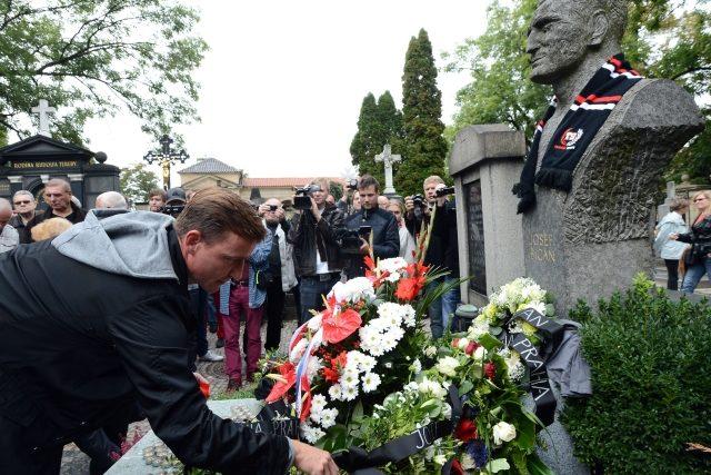 Bývalý hráč Slavie Vladimír Šmicer klade květiny k hrobu Josefa Bicana