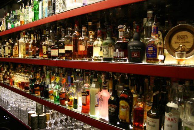 Vystavené lahve s alkoholem v baru