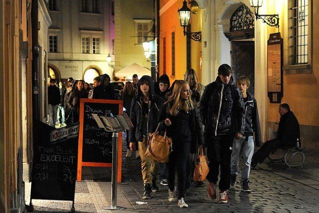 Noční život obyvatel a návštěvníků Prahy přináší problémy s hlukem