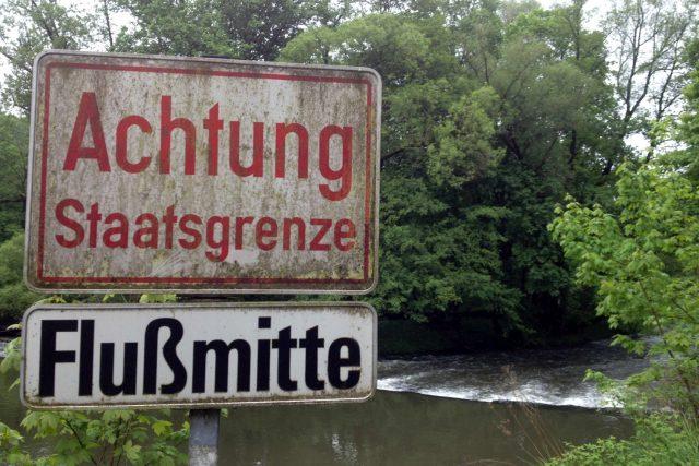 Česko-rakouská státní hranice tu prochází přesně středem řeky Dyje