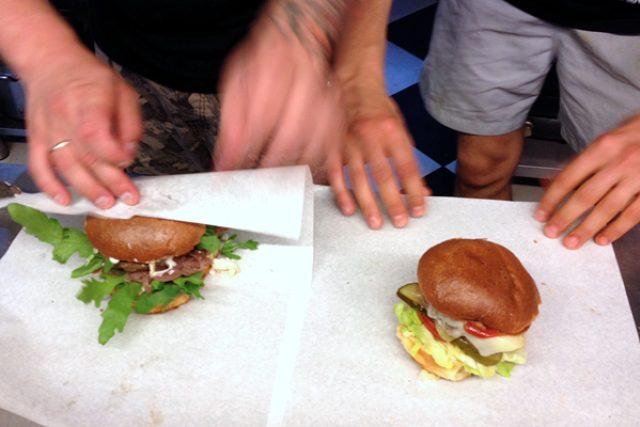 Kvalitní hamburger se s tím fastfoodovým nedá srovnat,  shodují se ve Varšavě | foto: Petr Vavrouška,  Český rozhlas