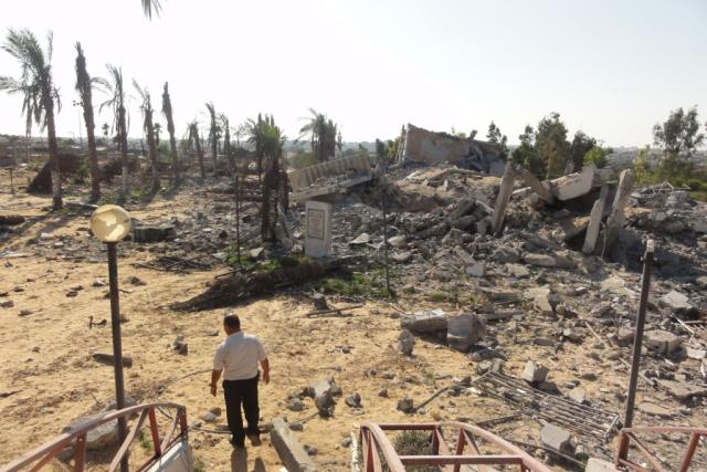 Vchod do zoologické zahrady v Gaze několik dní po válce