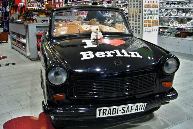 Německá demokratická republika žije dál hlavně na čtyřech kolech. Auto Trabant a o něco větší Wartburg bývaly velmi ceněným zbožím. Východní Němci na ně museli čekat až deset let