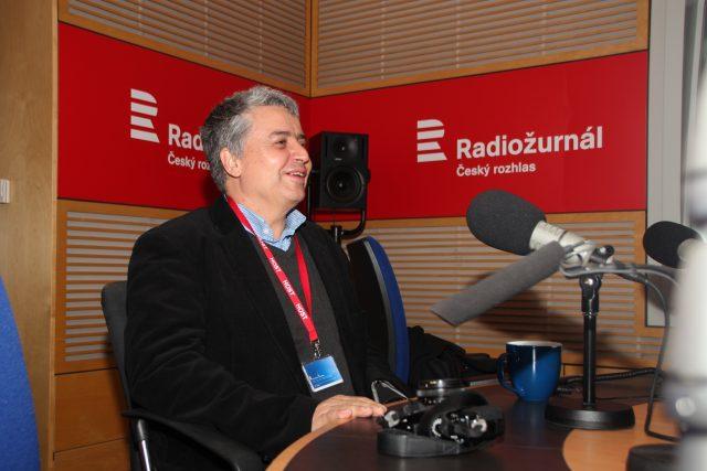 Karel Cudlín přišel do studia Radiožurnálu i se svým fotoaparátem