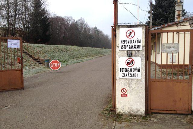Vjezd do muničního areálu u Vrbětic