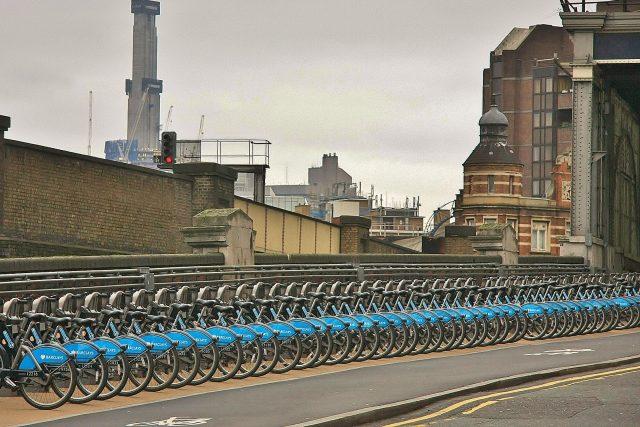 Bikesharing v Londýně v okolí stanice Waterloo