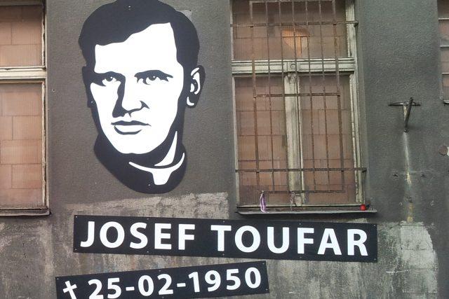 Památník na fasádě bývalého Borůvkova sanatoria v pražské Legerově ulici, kde zemřel farář Josef Toufar.