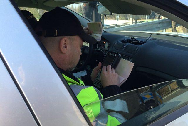 Policisté kontrolují doklady cizinců z osobního auta