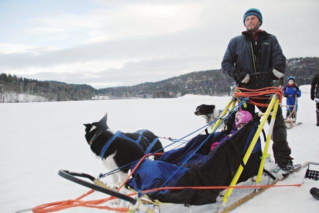 Zasněžená krajina,  zamrzlá jezera a po nich sviští sáně tažené psím spřežením. Norové pobyt v přírodě milují a najít psí spřežení není problém ani na jihu Norska | foto: Jaromír Marek,  Český rozhlas