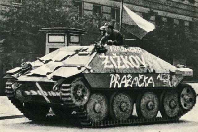 Stíhač tanků Hetzer ukořistěný povstalci v květnu 1945