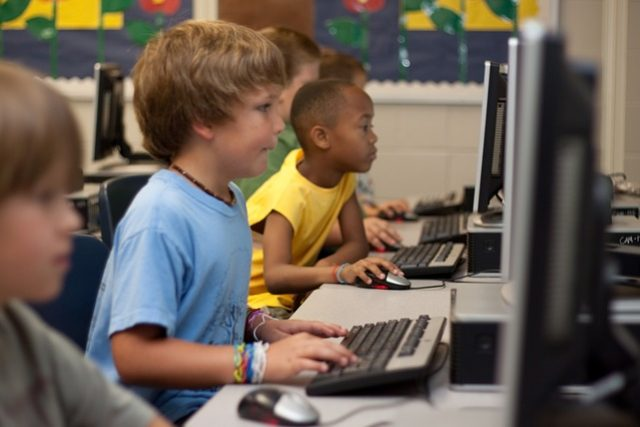 Děti se učí programovat  (ilustrační snímek) | foto: CC0 Public domain,  Fotobanka Pixabay