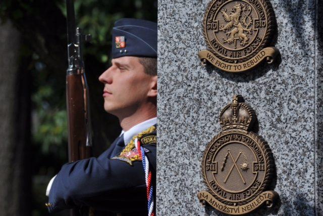 Nový památník československým letcům z RAF odhalili na letišti v Ruzyni