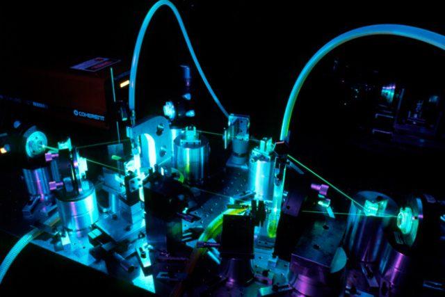 Vědci experimentovali s atomy hořčíku a speciálně tvarovanými, poměrně silnými laserovými pulsy tzv. femtosekundového laseru