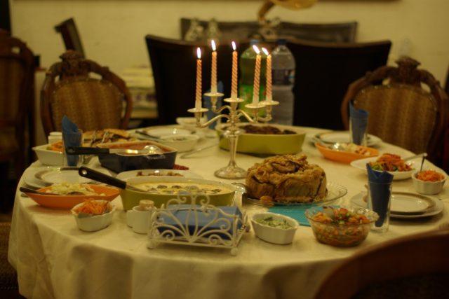 Prostřený stůl s palestinskou večeří ve starém domě v izraleské Jaffě