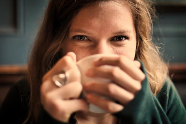 Dívka a její ranní káva