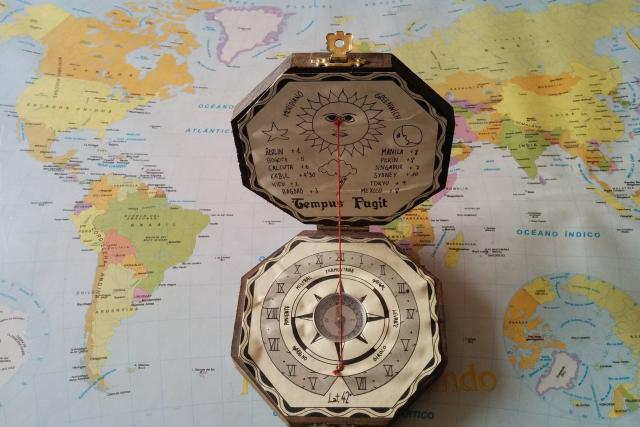 Mapa, kompas (ilustrační foto)