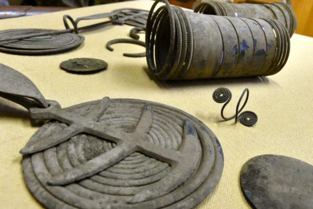 Nedaleko Mezirolí u Staré Role na Karlovarsku byl tento týden nalezen bronzový poklad z mladší doby bronzové | foto: Slavomír Kubeš,  ČTK