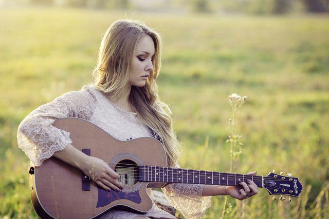 zpěv, hra na kytaru, kytara, kytaristka, hudba