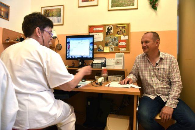 Začíná další ročník projektu Daruj krev s Českým rozhlasem. Zapojil se do něj i moderátor Radiožurnálu Petr Král, který daroval krev vůbec poprvé