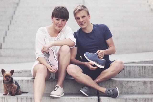 Václav Staněk  (vpravo) vyhrál soutěž Rozjezdy se svými ručně šitými botami   foto: Lucie Urbanová