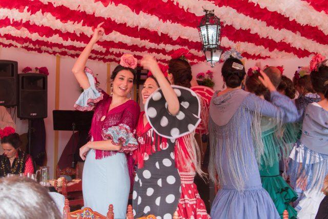 ženy si oblékají tradiční andaluské fériové oblečení | foto: Klára Hofferová