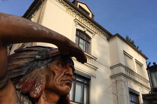 Před Villou Shatterhand vyhlíží návštěvníky indián