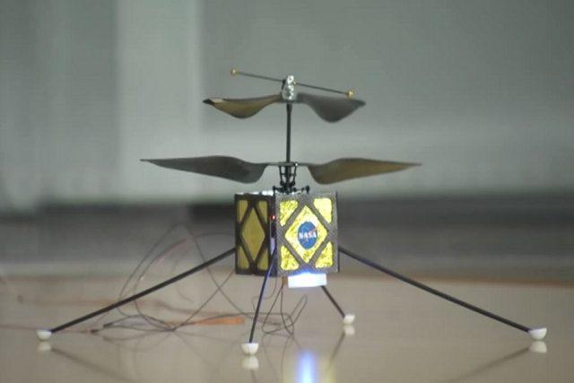 Marsovský rover s malým létajícím společníkem