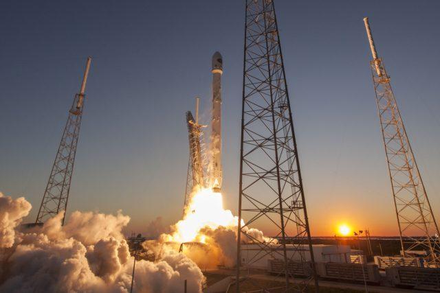 Úspěšný start rakety Falcon 9 v únoru roku 2015