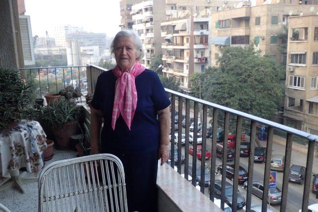 Jarka Ezzatová na balkoně svého bytu v Káhiře