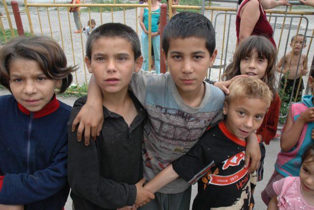 Romské děti v osadě Rudňany na Slovensku
