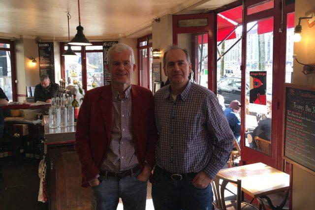 Britský spisovatel Stephen Clarke a Jan Šmíd v pařížské kavárně Bastringue
