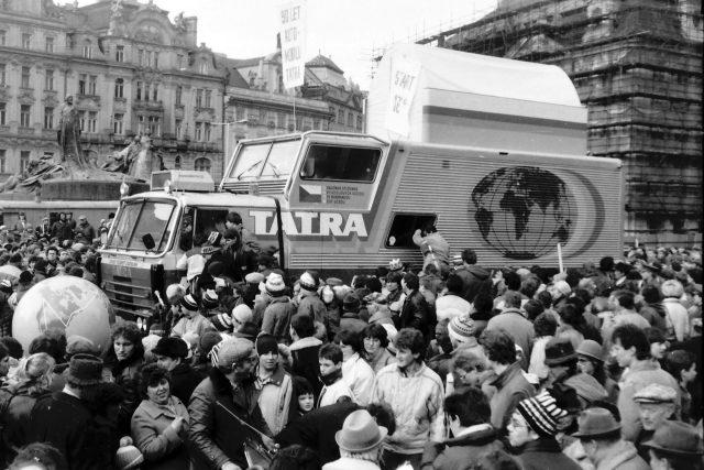 Tatra 815 GTC (Grand Tourist Caravan). Odjezd expedice Tatra kolem světa ze Staroměstského náměstí v Praze 18. 3. 1987.