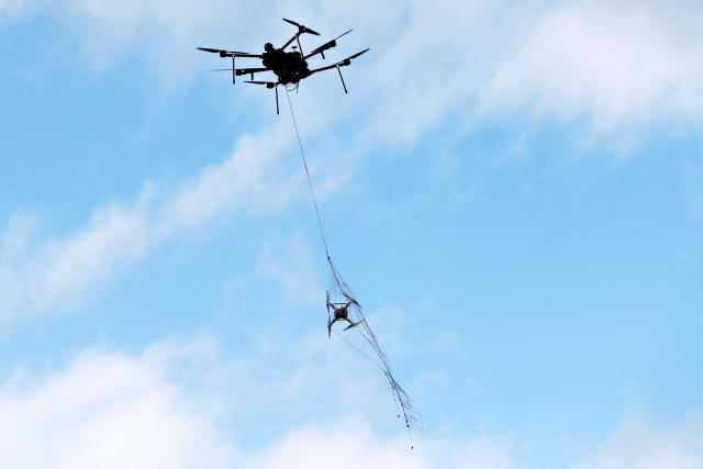 Americká firma Airspace Systems vyvinula dron, který chytá do sítě jiná malá bezpilotní zařízení
