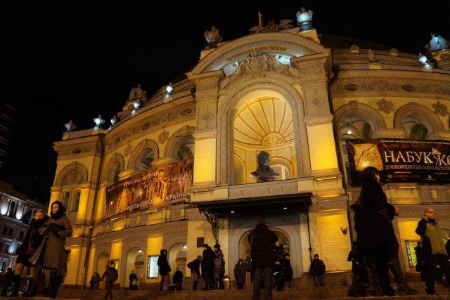 Původní budova divadla do základů vyhořela. Novou budovu kyjevské opery zase málem zničila bomba při náletu v roce 1943