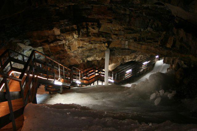 Dobšínská ledová jeskyně leží v nadmořské výšce necelých tisíc metrů nad mořem