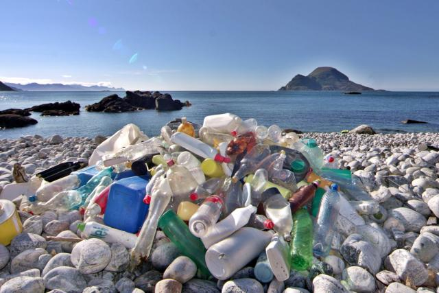 Výsledek úklidu pláže v odlehlé části Norska. Odpad sem přináší vítr a mořské proudy