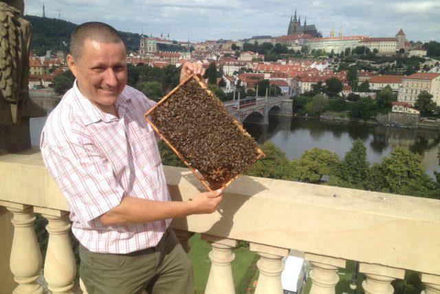 Včelař Augustin Uváčik na střeše Rudolfina