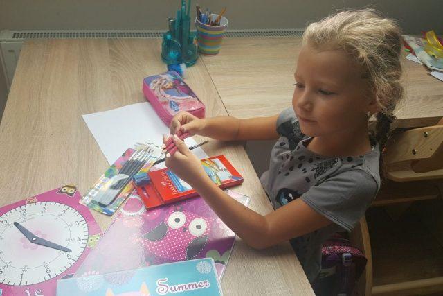 Šestiletá Ellen Marková se chystá do školy. Společně s ní nastoupí letos do prvních tříd v jižních Čechách téměř sedm tisíc dětí