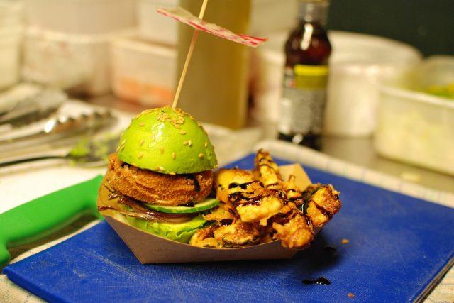 Avokado burger je zdravá varianta klasického burgeru