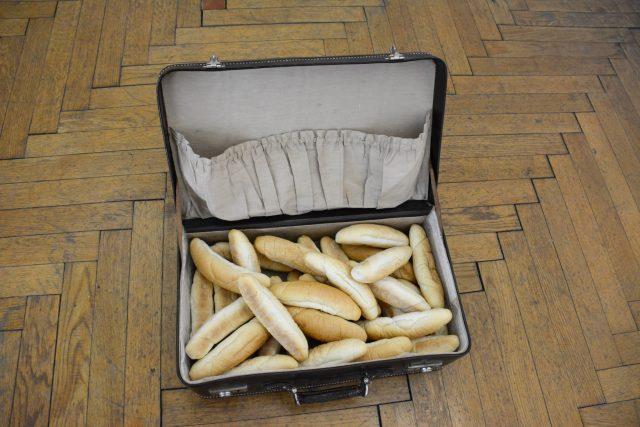 Rohlíky v kufru jsou součástí výtvarného díla Roberta Gabrise Food for everyone / Jídlo pro všechny
