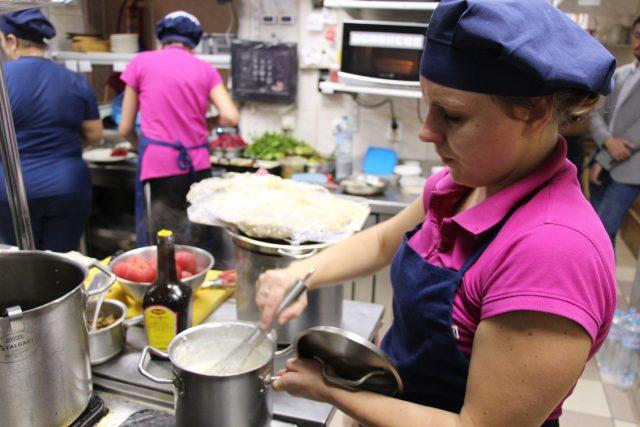 K přípravě tradičních receptů potřebuje šéfkuchařka Marija nejen původní recept a správné suroviny, ale také kuchařskou zručnost