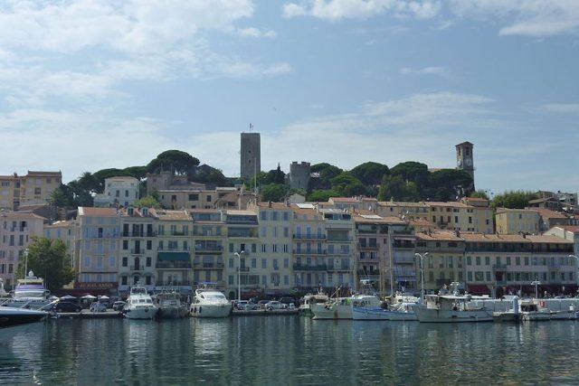 Le Suquet nad přístavem v Cannes