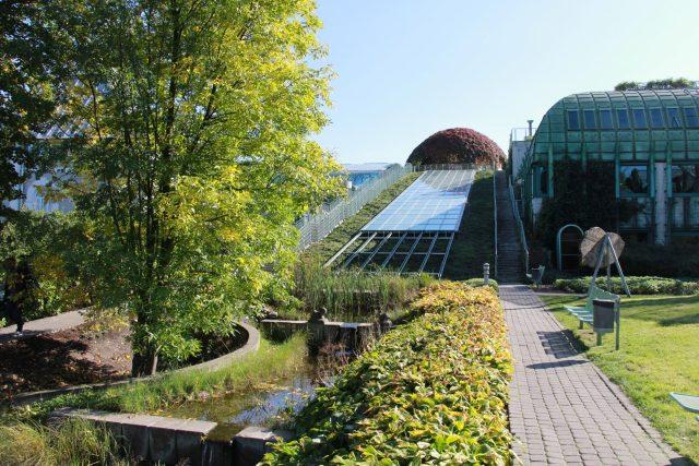 Kdo by čekal na univerzitní střeše vodní kaskádu?