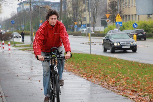 Wojciech Galeňski objíždí Varšavu na kole a natáčí nepravosti, jichž se dopouštějí někteří řidiči