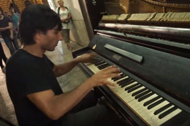 Robert Ferenc při hře na piano v prostoru Piazzetty Národního Divadla