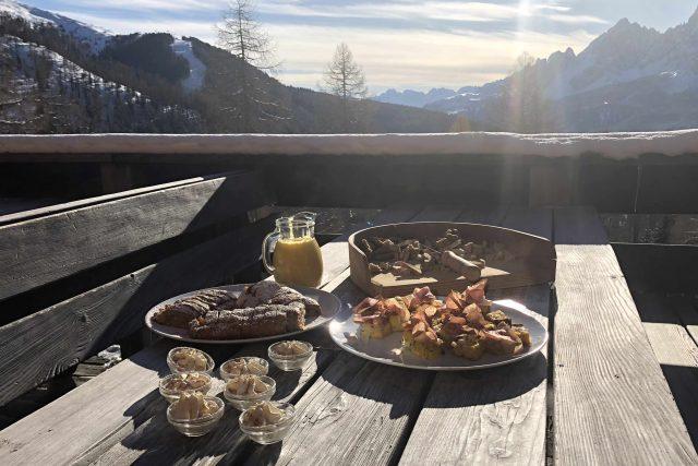 Tradiční dobroty pro znavené lyžaře servíruje Chris Oberhammer v michelinské kvalitě